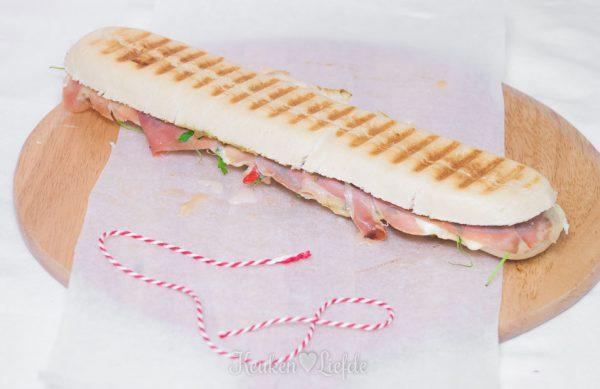 Panini met mozzarella en Parmaham