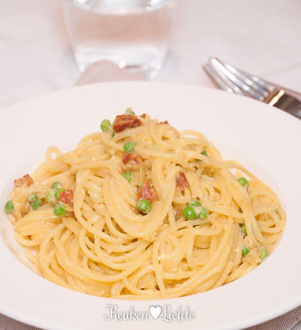 Lekker Snel: spaghetti carbonara met doperwten en chorizo