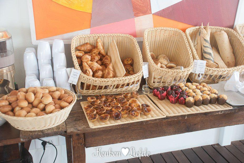 Croissants, koffiebroodjes, muffins, Pastel de Nata, mini-donuts en verschillende soorten brood