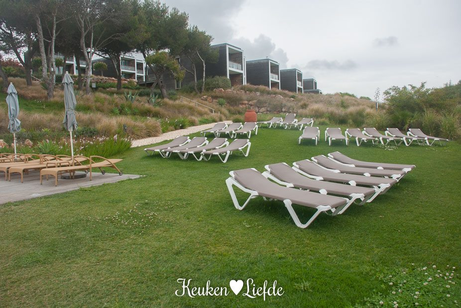 De Beach Club tuin met uitzicht op de Beach Rooms