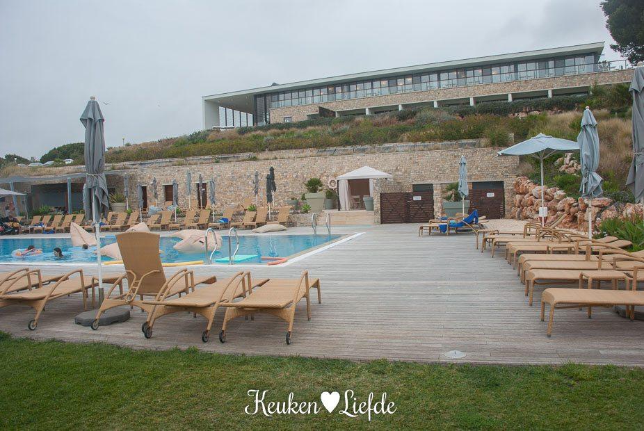 De Beach Club Pool ligt naast restaurant As Dunas. Bovenin zie je Hotel Martinhal
