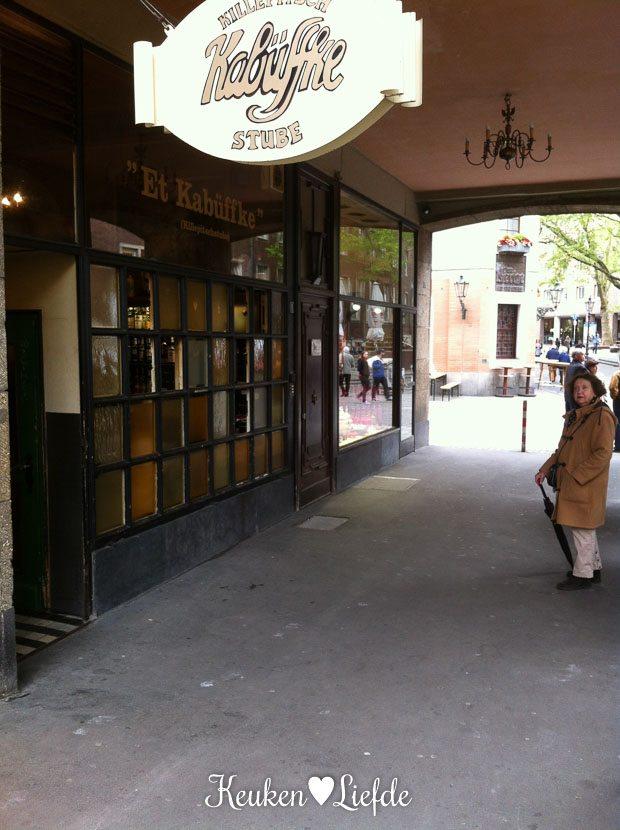 Et kabuffke in de Altstadt, waar je door het raam een Killepitsch kunt bestellen