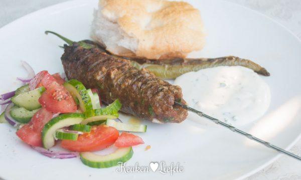 Turkse gehaktspies met knoflooksaus