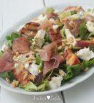 Spijs & Wijn: salade met gegrilde perzik, Parmaham en geitenkaas