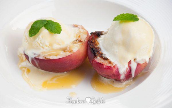 Gegrilde perzik met vanille-roomijs en karamelsaus