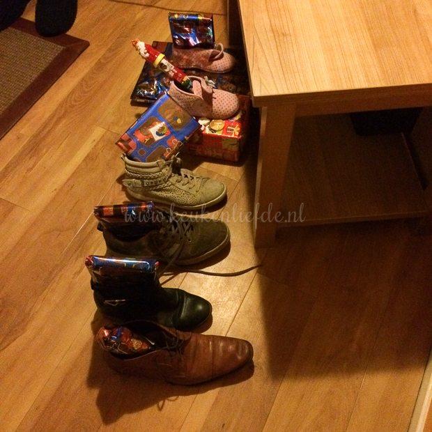 Zo vinden we de volgende ochtend onze schoen. Dank u Sinterklaasje!