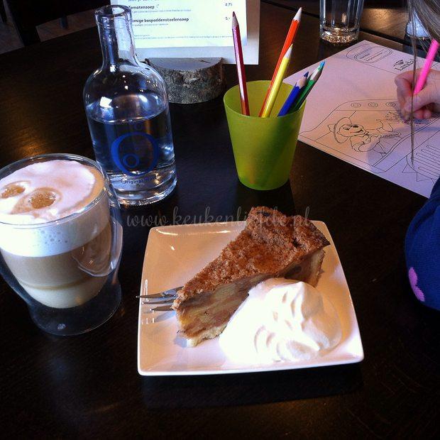 Appeltaart, latte en een kleurplaat in de indoorspeelplaats