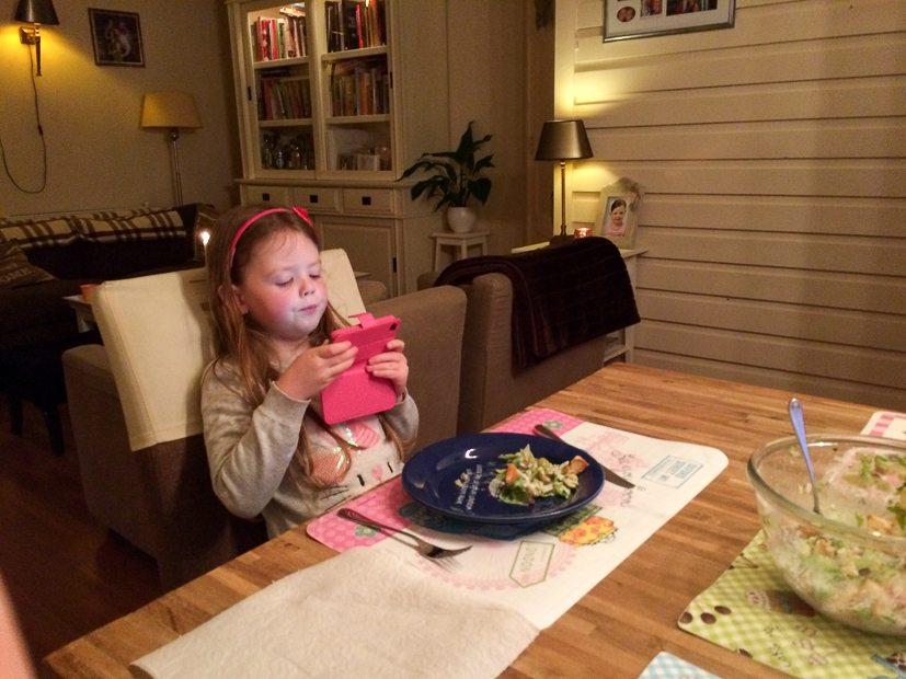 Zo moeder, zo dochter: voor het eten eerst een foto maken.