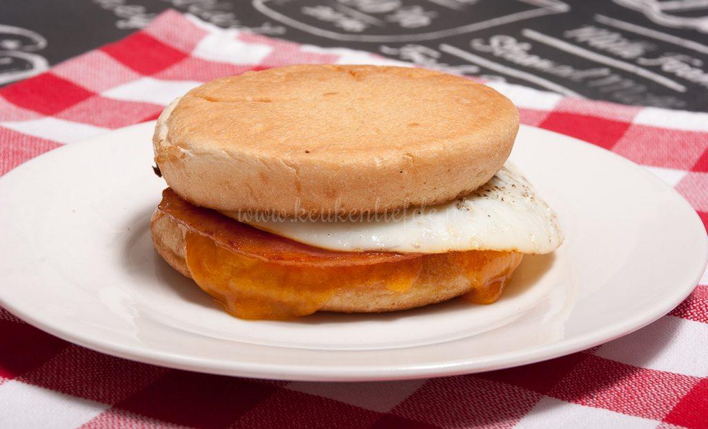 Ontbijtmuffin met ei en bacon