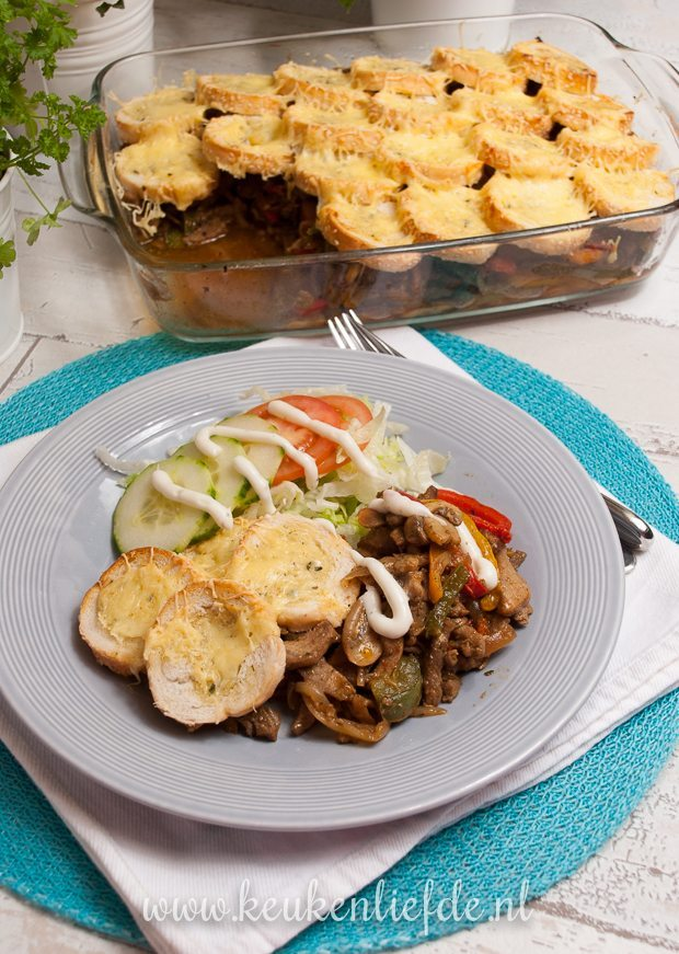 Shoarma-ovenschotel met stokbrood