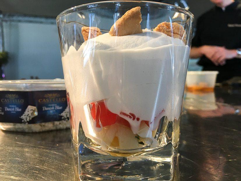 Een glaasje met o.a. peer, in vodka gemarineerde watermeloen, Castello-schuim en bitterkoekjes
