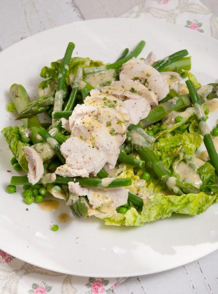 Groene salade met gepocheerde kip