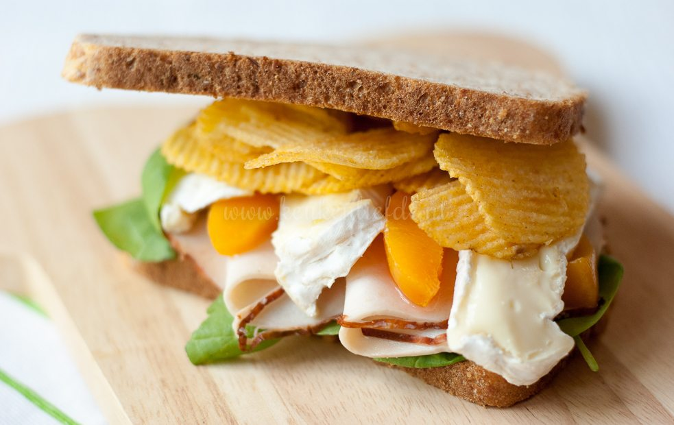 Spelt sandwich met kipfilet en camembert