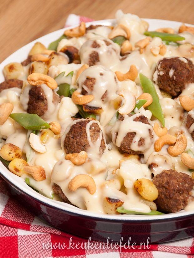 Ovenschotel Topper: bloemkool-ovenschotel met krieltjes, gehaktballetjes en kaassaus