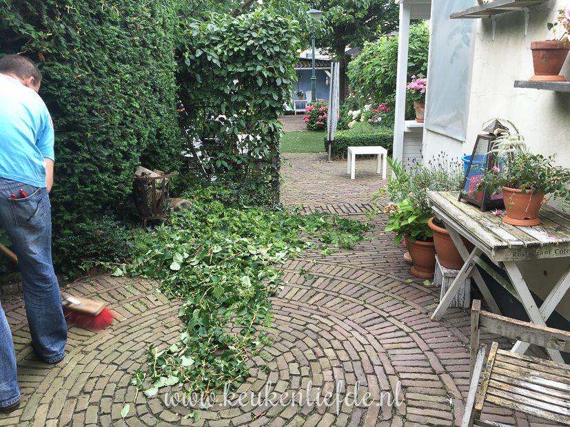 De tuin weer netjes maken