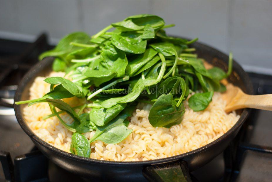 Pasta pesto rosso met kip, champignons en spinazie