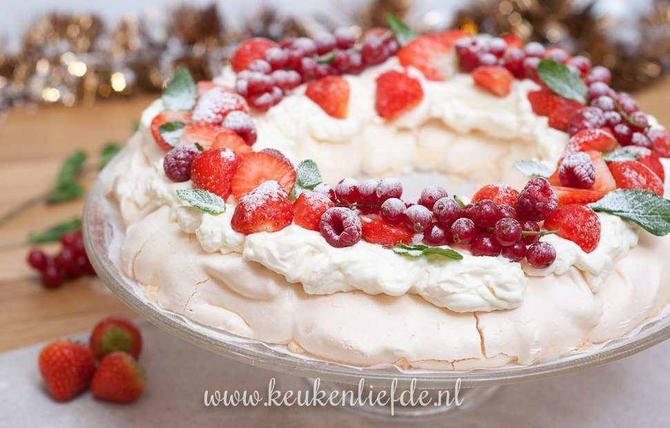 Video: pavlova kerstkrans met rood fruit