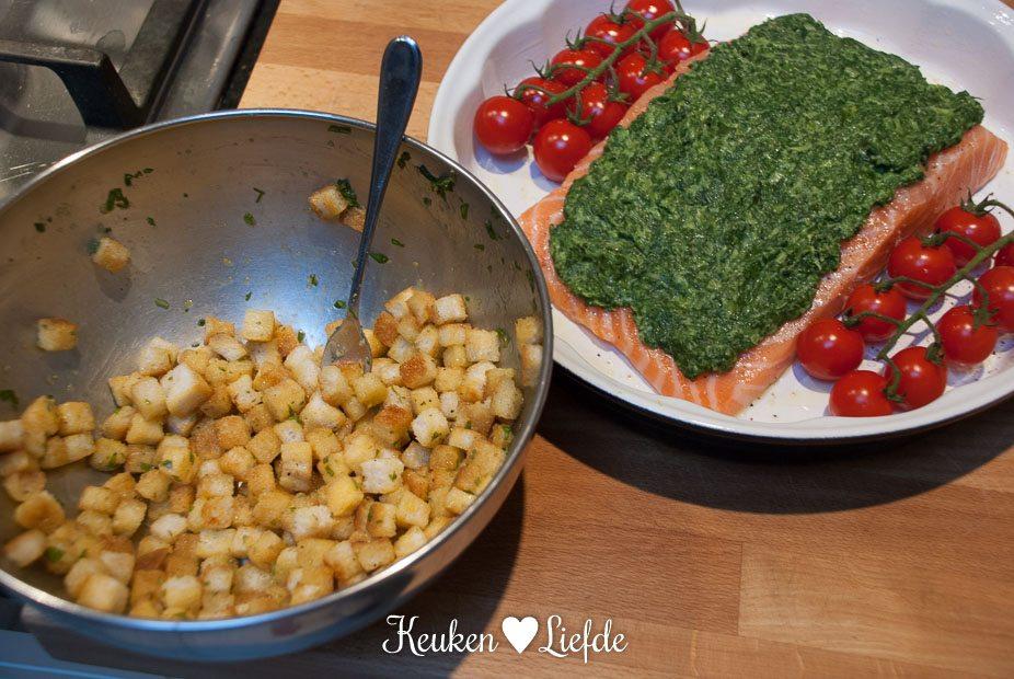 Zalm met spinazie en brood croutons uit de oven
