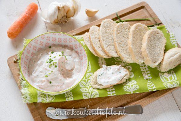 Kruidige yoghurt spread met wortel en bieslook