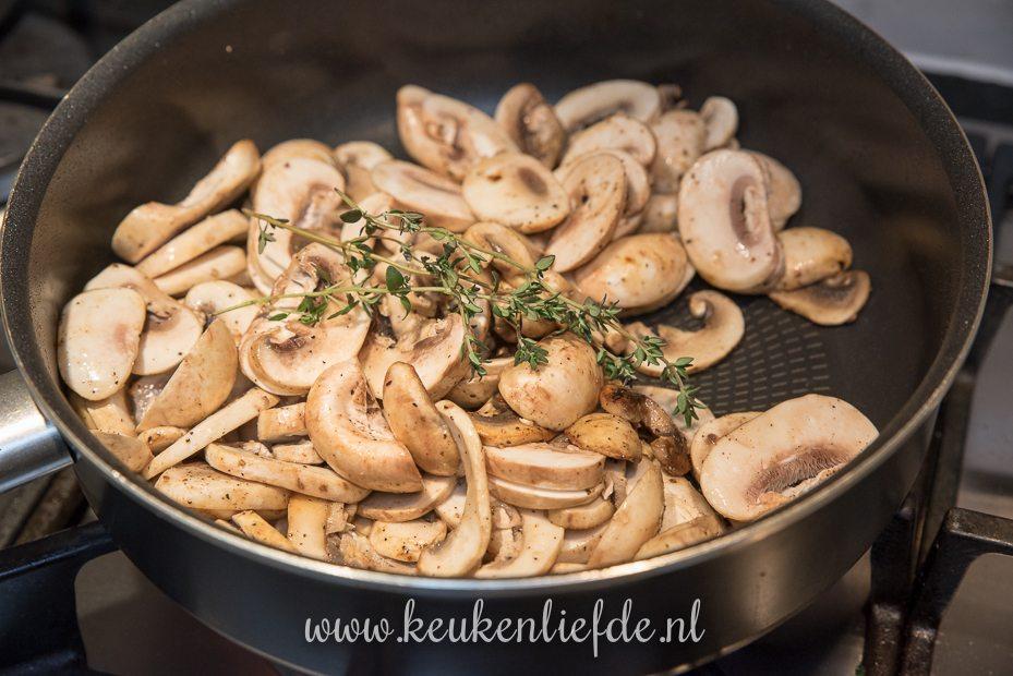 Varkenshaas uit de oven met truffelpesto, spek en champignonsaus