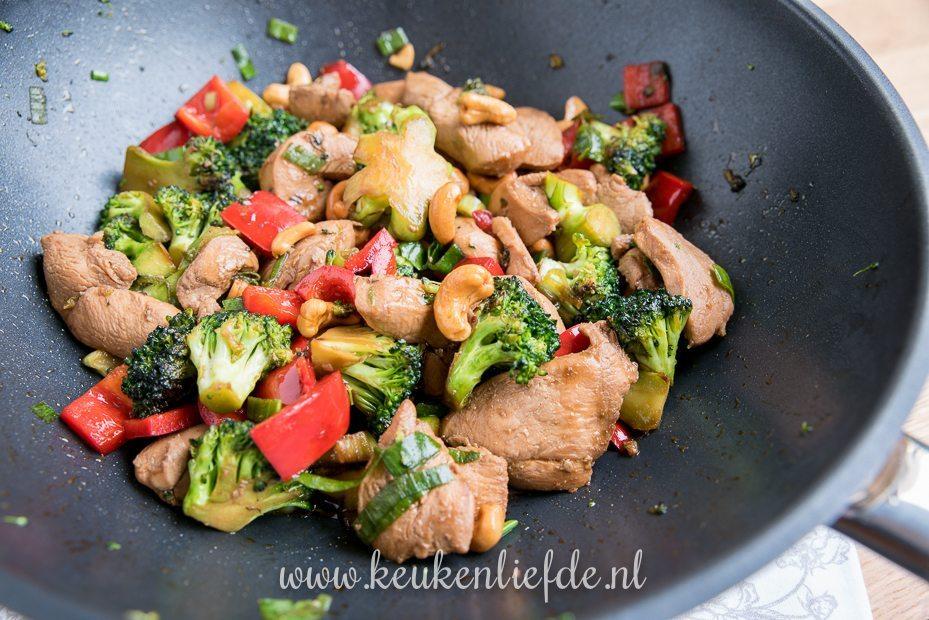 Kip siam met broccoli, paprika en cashew