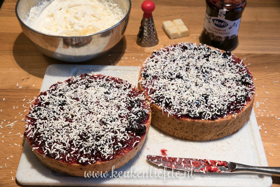 Slagroomtaart met kersenjam en witte chocolade