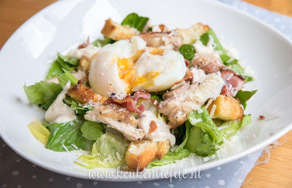 Caesarsalade met kippendij, bacon en ei