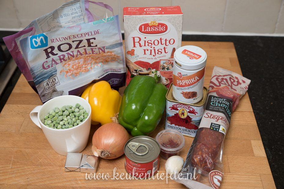 Paella met garnalen en chorizo