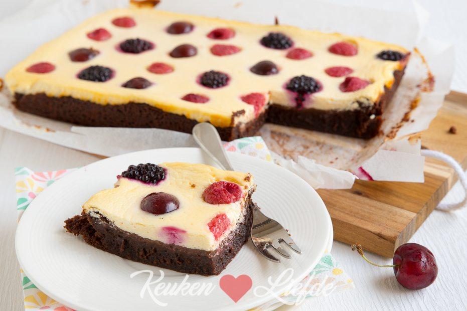Cheesecake brownie met rood zomerfruit