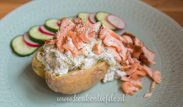 Gepofte aardappel met tzatziki en zalm