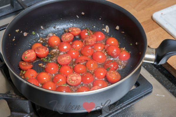 Pasta met cherrytomaat, knoflook en parmezaan (kookvideo!)
