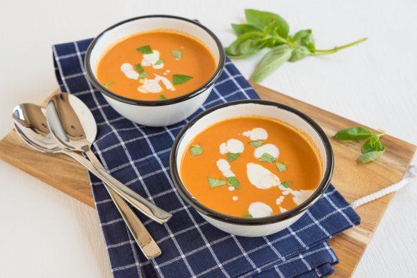 Verse tomatensoep met room en basilicum
