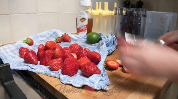 Ella-Marie maakt aardbeienijsjes (kookvideo!)