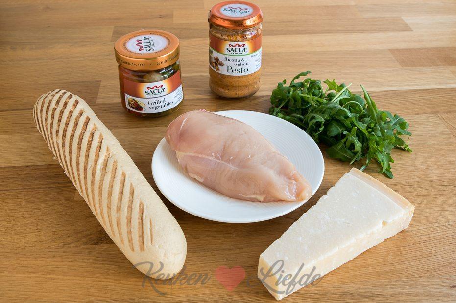 Panini met kip, pesto en gegrilde groenten