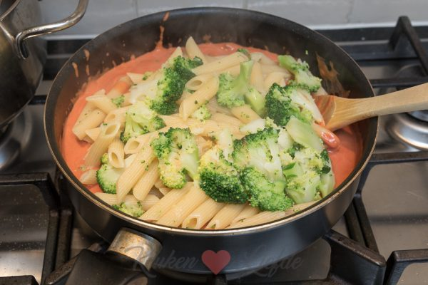 Penne-ovenschotel met kip, broccoli en champignons