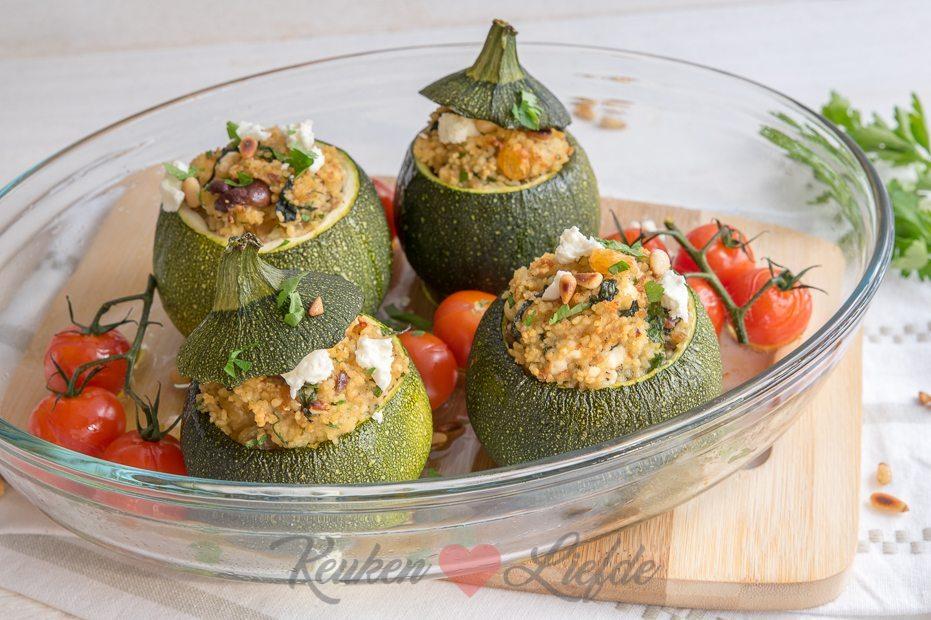 Gevulde bolcourgette met couscous en feta