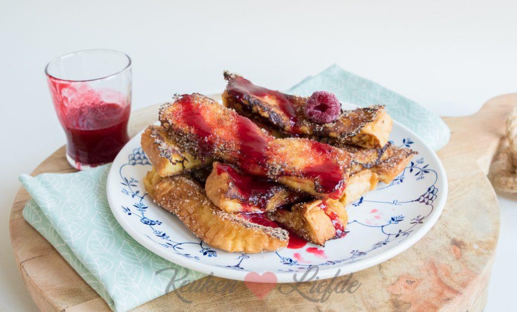Brioche wentelteef churros met frambozensaus