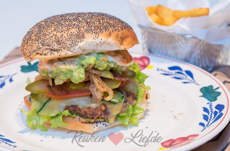 Broodje hamburger met guacamole