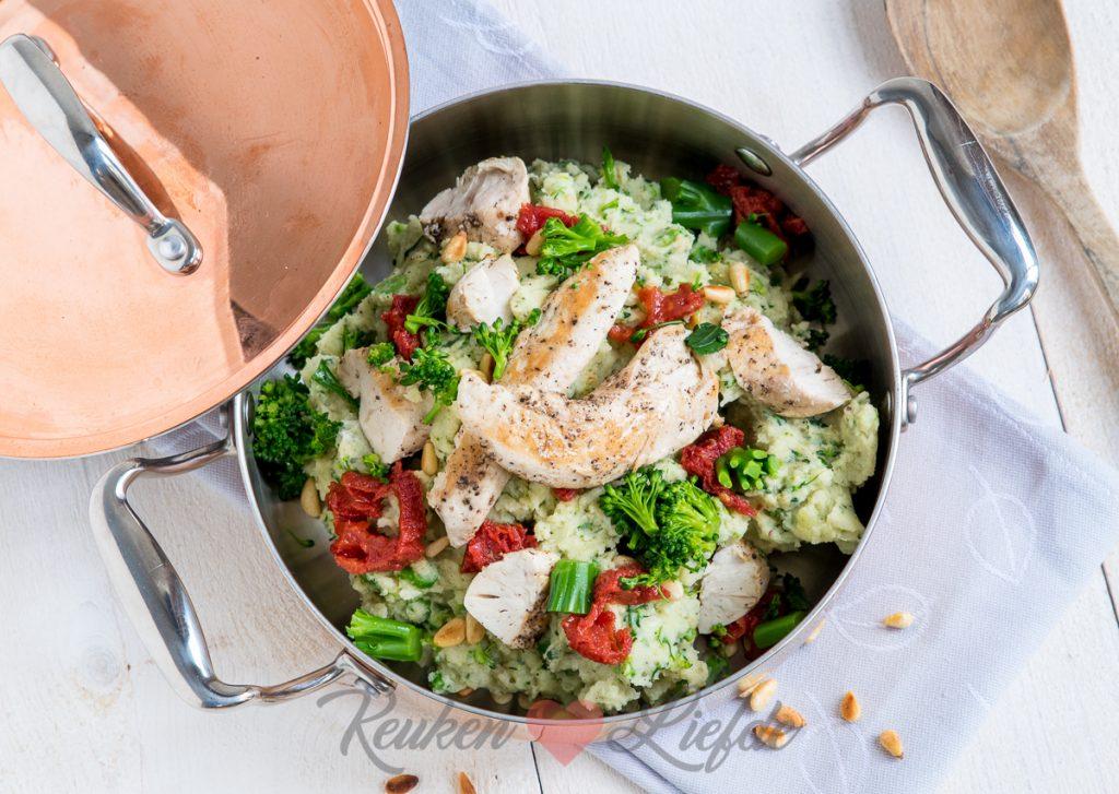 asperge-broccolistamppot met pesto en kipfilethaasjes