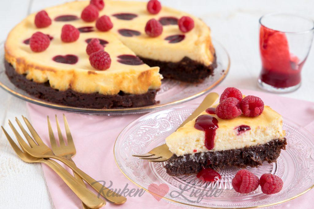 Cheesecake-brownietaart met frambozen swirl