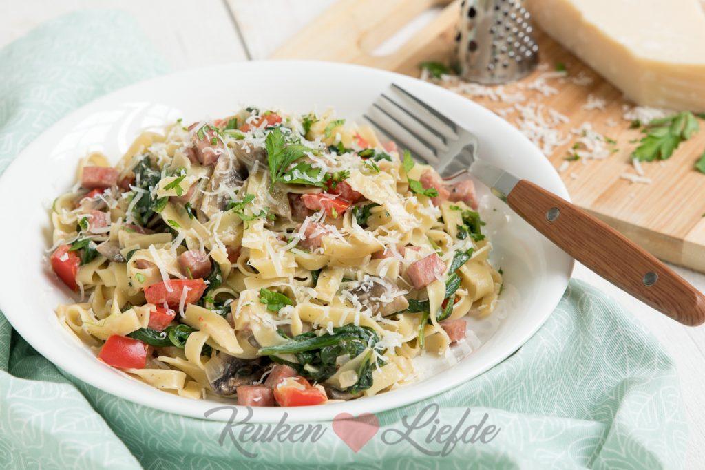 Pasta met ham, champignons en spinazie