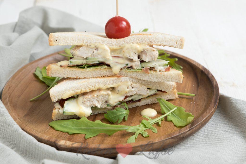 Sandwich met kip, bacon en komkommer
