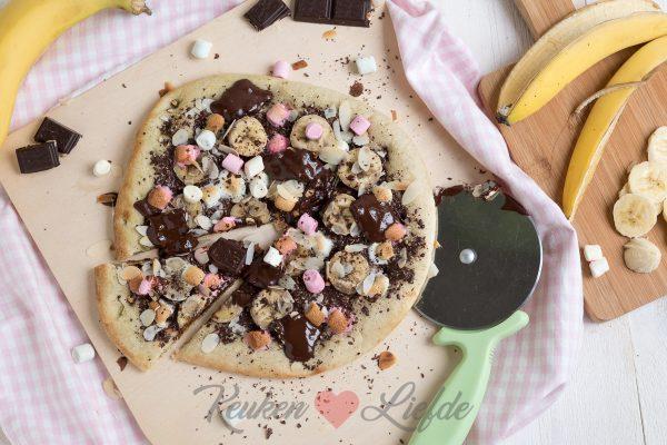 Zoete pizza met banaan, chocolade en marshmallow
