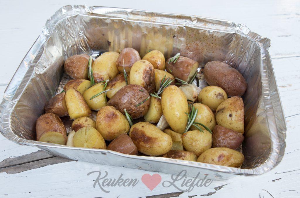 Aardappels van de barbecue met rozemarijn en knoflook