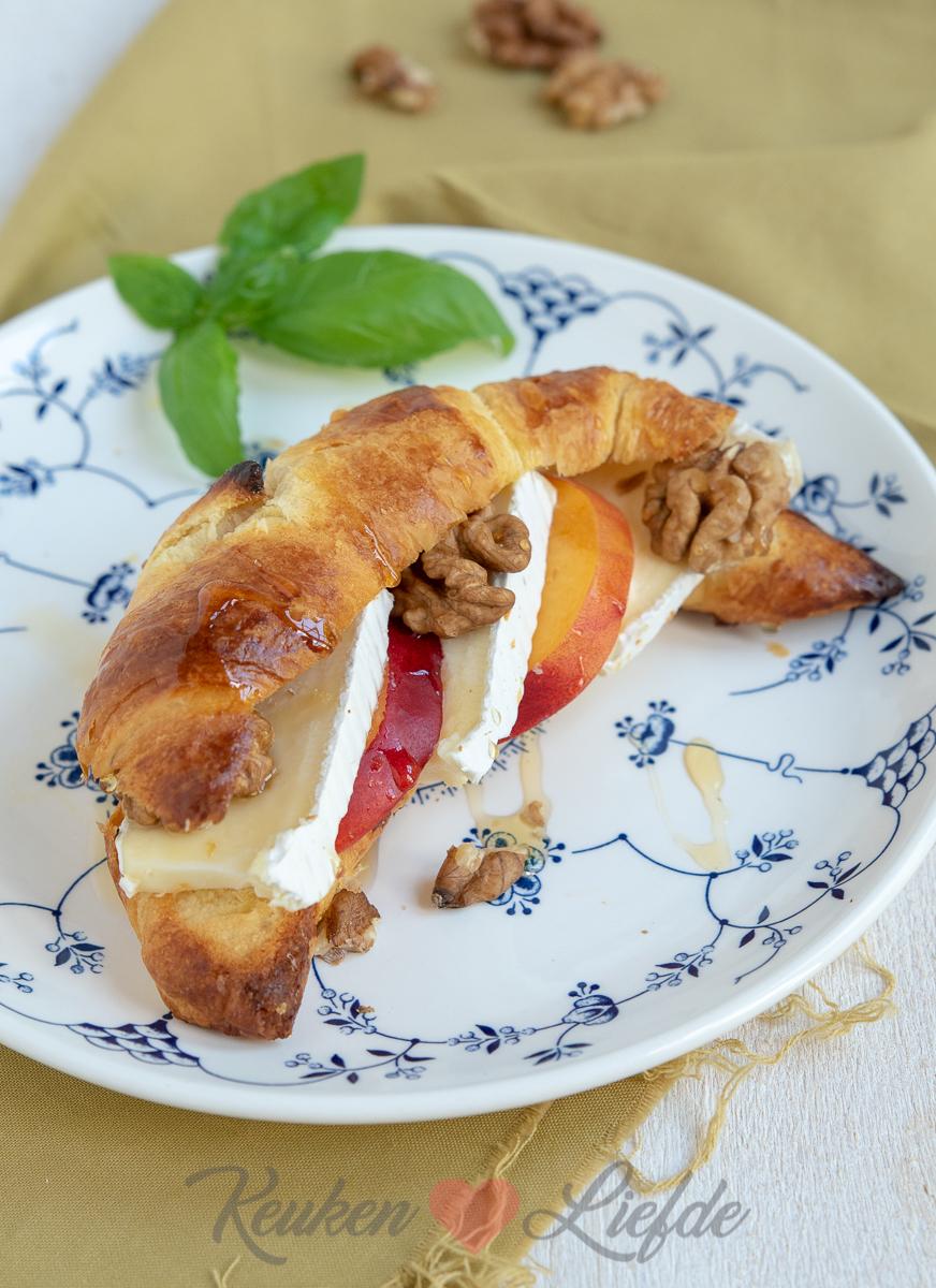 Croissant met brie, walnoot en nectarine