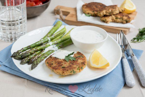 Quinoa-zalmburger met yoghurtsaus