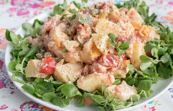 Aardappelsalade met tonijn en gegrilde paprika