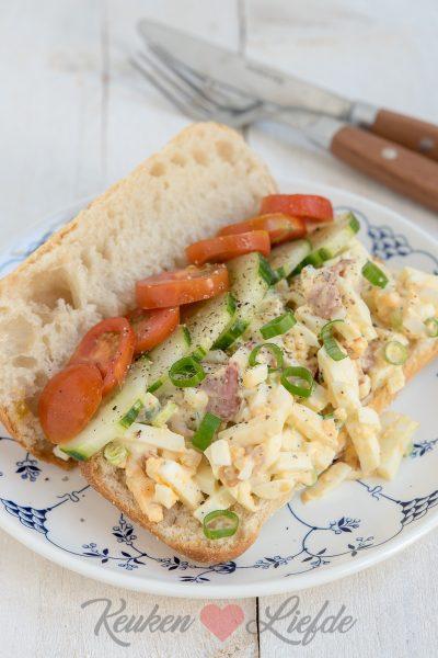 Broodje eiersalade met bacon en lente-ui