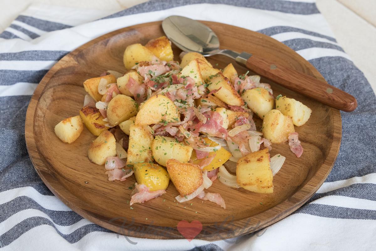Gebakken aardappels met spek en ui