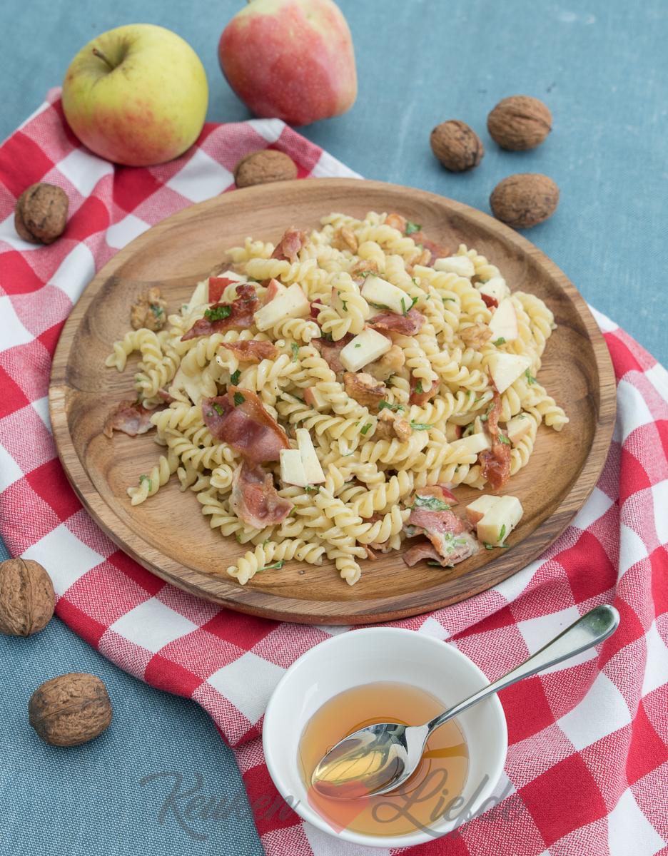 Pastasalade met appel, walnoot en spek